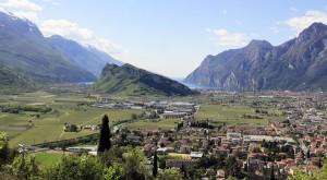 Vy från norr nedöver Gardasjön och bergen som innesluter den